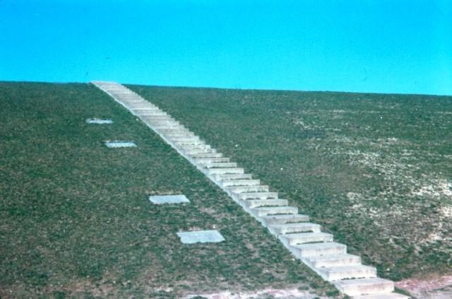 Foto van de dijk bij Oosterbierum. De verschillende stenen geven de hoogte van de dijk aan in het jaar 1570. 1574, 1930 en 1933 aan. In de jaren '60 werd de dijk opgehoogd tot deltahoogte (9 meter 40.). Deze foto is genomen in 1970. (Foto: www.oudtzummarum.nl)