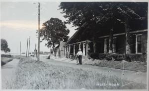 Op een oude foto die genomen is in Hallumerhoek is deze oude dijk nog te zien. De huizen lagen iets hoger aan de doorgaande weg bovenop de oude dijk.