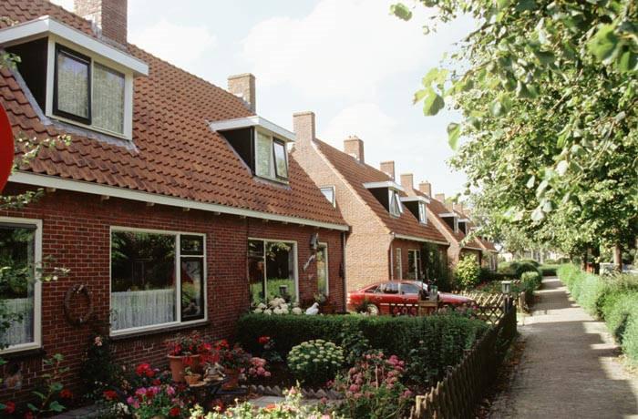 Het perceel grasland tegenover de voormalige moestuin (tegenwoordig de Harne) raakte in 1948 bebouwd met 4x2 blokken in de stijl van de Delftse School. (Foto: G.P. Karstkarel, Collectie Fries fotoarchief)