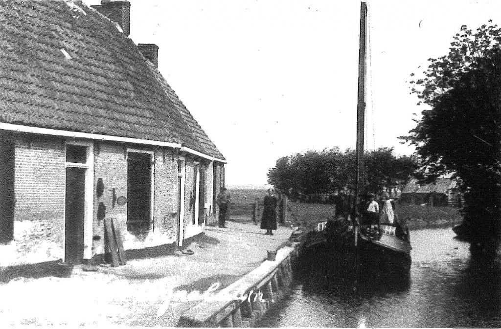 oto van de haven in Wijnaldum, met op de achtergrond het ashok waarin 's winters vlas werd gebraakt.. Foto in: A. de Vries, 1997)