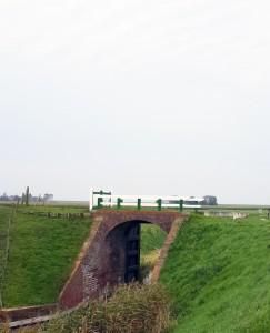 De gemetselde sluis of klief in de Middendijk dateert uit 1826