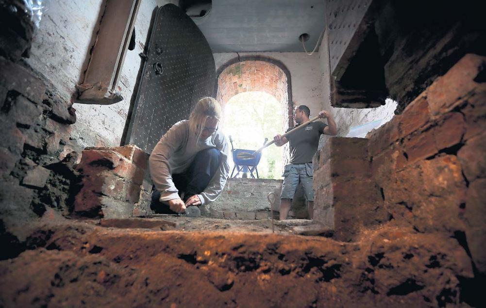 Opgravingen in kerk Hegebeintum - Foto LC, Catrinus van der Veen