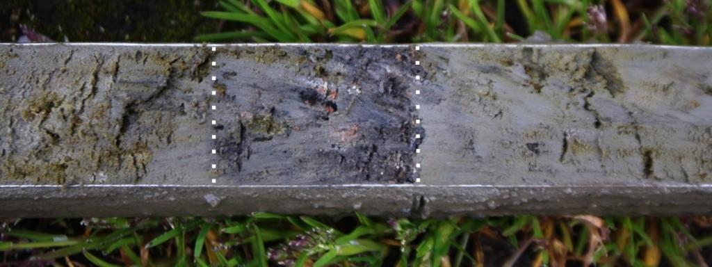 Figuur 14. Donker baksteenhoudend laagje (aangegeven met witte stippellijnen) tussen 162 en 166 cm in boring 16. Een vergelijkbaar laagje is aangetroffen tussen 180 en 185 cm.