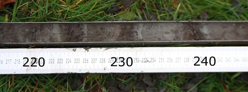 Figuur 3. Een aantal op de kop op elkaar liggende plaggen, aangetroffen op een diepte van ruim 2 meter benden maaiveld in boring 2.