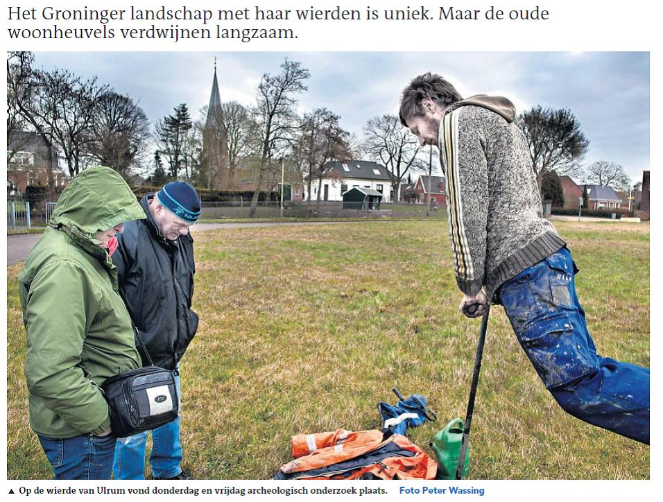 Figuur 8. Een foto van het steken van boring 9 werd opgenomen als illustratie bij een artikel over het project in het Dagblad van het Noorden (Van Hebel 2015).