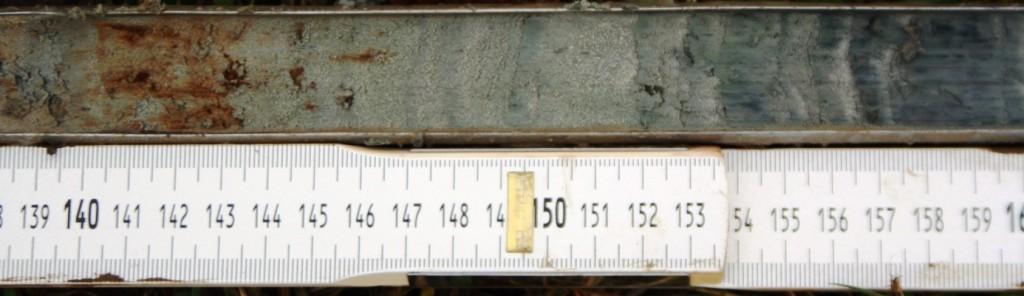 Figuur 2. Vulling van de guts in boring 1 tussen 138 en 160 cm beneden maaiveld. Op 143 cm is duidelijk de zogenaamde oxidatie-reductiegrens zichtbaar. Hieronder is het vrijwel permanent nat geweest, waardoor geen oxidatie van mineralen, zoals ijzer, heeft plaatsgevonden.