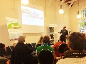 Geert Schoemakers presenteert de resultaten van het project tot dusverre.