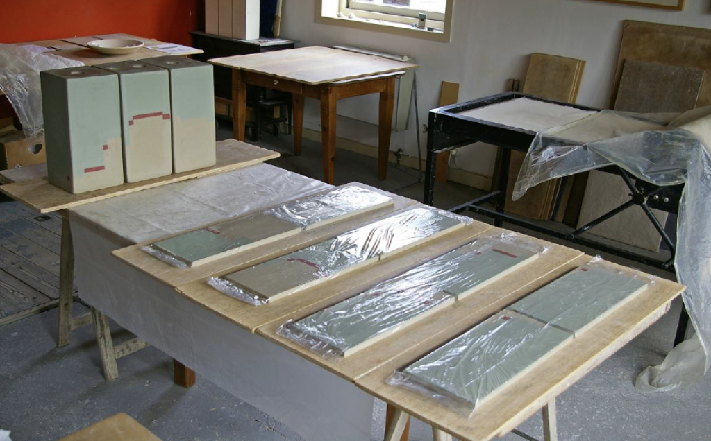platen-ingekleurde-klei-en-staanders
