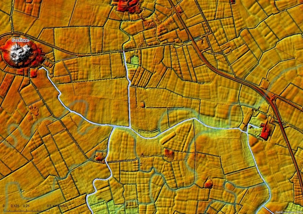Op de hoogtekaart wordt duidelijk dat het landschap ten zuidoosten van Godlinze voor een belangrijk deel gevormd is door wadgeulen. De vorm van de percelen is hierop aangepast en hebben daardoor een onregelmatige blokvorm aangenomen. De geulen zijn licht geaccentueerd op basis van de AHN2.