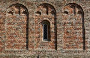 Muur van de Pancratiuskerk te Godlinze (foto: Jonathan Andrew).