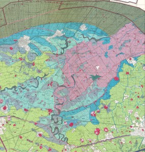Op de fysisch-geografische kaart worden de contouren van de voormalige Fivelboezem in één oogopslag duideljk (Mv4 en Mv9).
