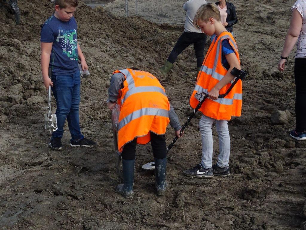 Jonge archeologen in Ten Boer